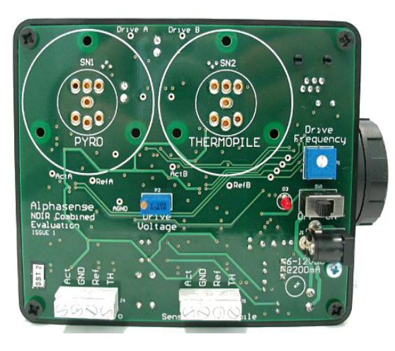NDIR 传感器。该板子可用内部电池和外部电源供电,提供用户定制的幅度和频率的合适的灯泡驱动信号。 传感器工作和参考通道的原始输出经过滤波和放大,交流成分的幅度就输出为直流信号。 二、Alphasense NDIR 评估板IRC-TX供电 供电可由内部通过2 x C 元电池内部提供,或者使用6-12V直流200mA外部供电。如果使用电池,板上的ON/OFF用于装置的开关。如果使用外部电源,ON/OFF开关就变成多余的,必须通过断开外部电源去关闭装置。 三、Alphasense NDIR 评估板IRC-TX